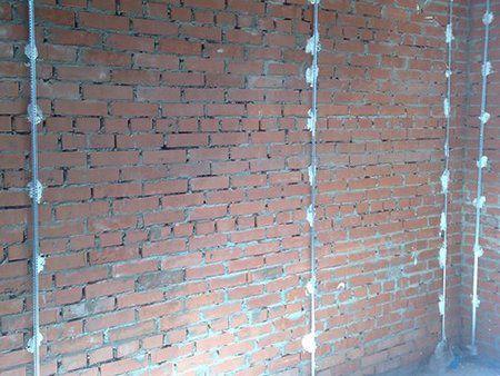 Как штукатурить по маякам цементным раствором
