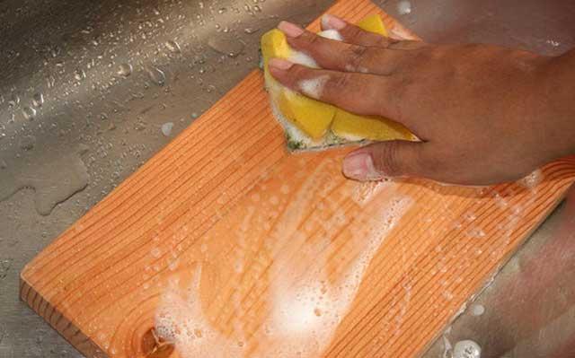 Как почистить разделочную доску?