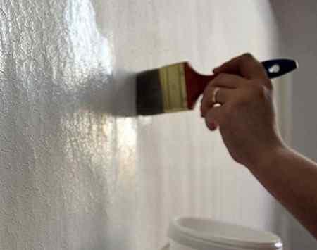 Нужно ли грунтовать стены перед шпаклевкой, и как это делать