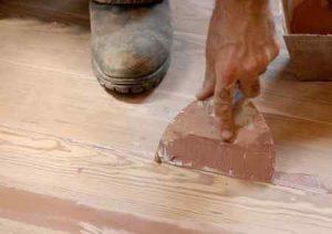 Как и чем заделать щели в полу из бетона или древесины