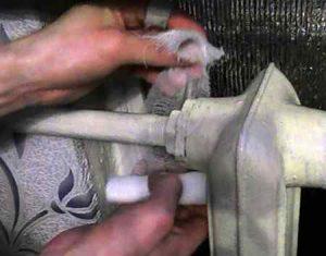 Как устранить течь в водопроводной трубе своими руками