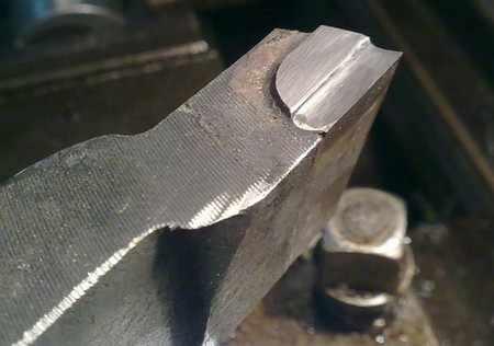 Как выставить токарный резец по центру угольником и прутком